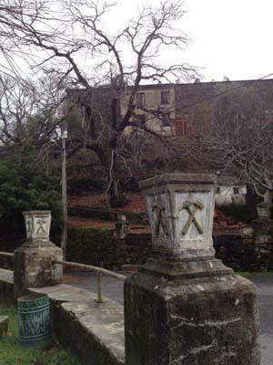 上述村子的今天。很久以前有几百人住在哪里,现在只有几个。在树之后可以 看到老电影院。来自Juan Fernandez Buelga的照片