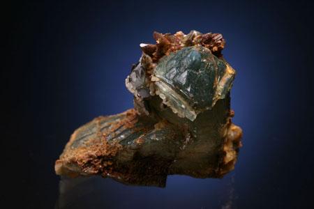 像这种绿蓝色石英和棕色方解石的稀世珍品在帕纳什凯拉矿有时看到。西班牙 矿物标本。来自Juan Fernandez Buelga的照片