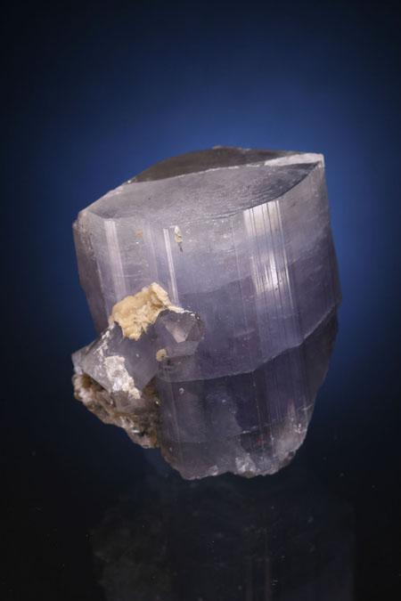 紫色磷灰石和石英。葡萄牙帕纳什凯拉。西班牙矿物标本。来自Juan Fernandez  Buelga的照片。