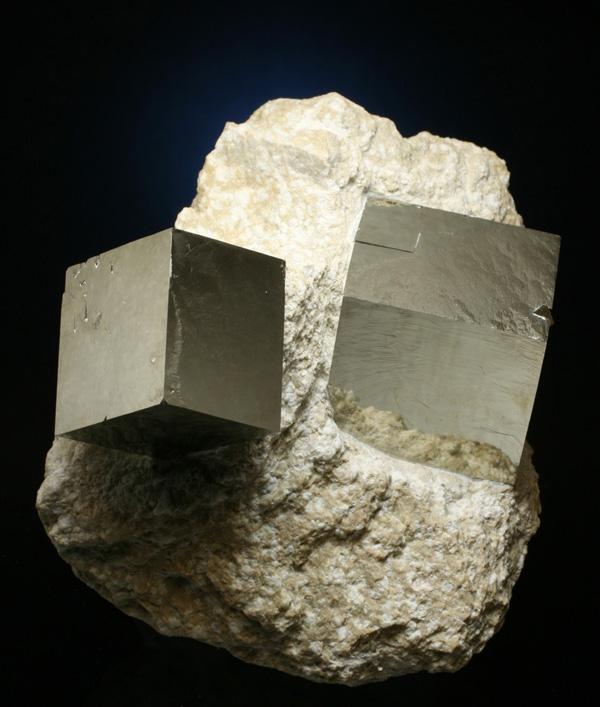 主に黄鉄鉱の結晶を多く産出する