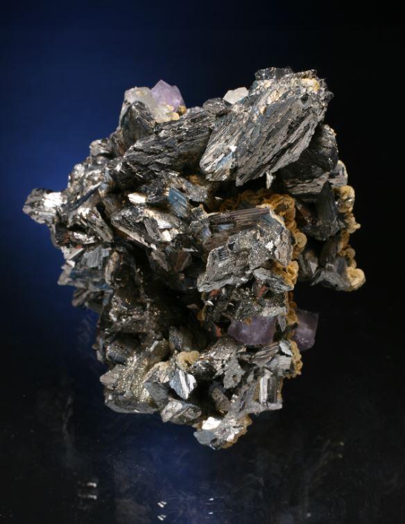 精湛的毒砂和少量的石英,菱铁矿和萤石。西班牙矿物标本。来自Juan  Fernandez Buelga的照片
