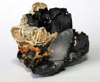 Cristales de siderita sobre ferberita. En los cristales de siderita se aprecia un crecimiento epitaxial. Se trata de un crecimiento de dolomita sobre siderita.