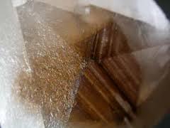 Impurezas en un cristal de calcita, estas pueden orientarse siguiendo el crecimiento del cristal, formando interesantes dibujos geométricos.