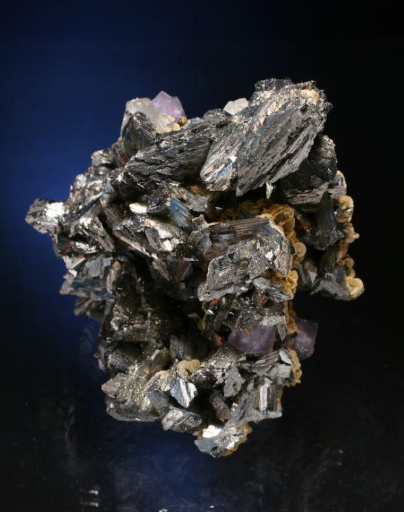 硫砒鉄鉱(arsenopyrite)、菱鉄鉱(siderite)、蛍石(fluorite)の見事な標本。(Juan Fernandez Buelga撮影)