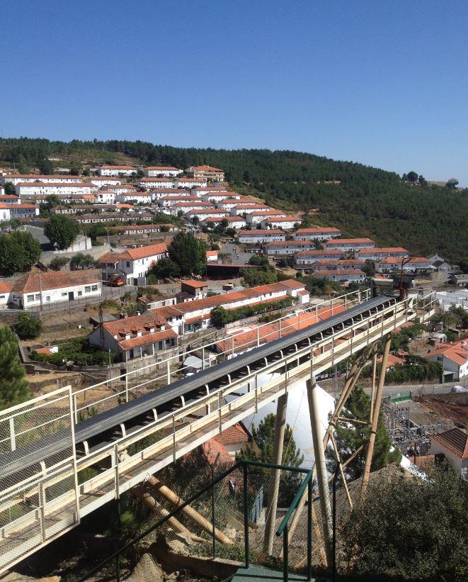 鉱山入り口付近の鉱山労働者の居住地。(Juan Fernandez Buelga撮影)