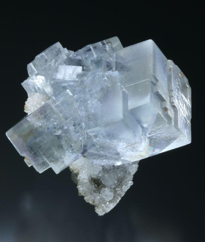 カラーレスやすごく薄い青色の蛍石はLa Viesca鉱山でよく産出します. Juan Fernandez Buelga所蔵, 撮影.