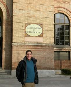博物館入り口に立つJuan, 2005年. ちょうど私がマドリードの大学で地質学の道に進もうとしていた頃です.時が経つのは早いですね!