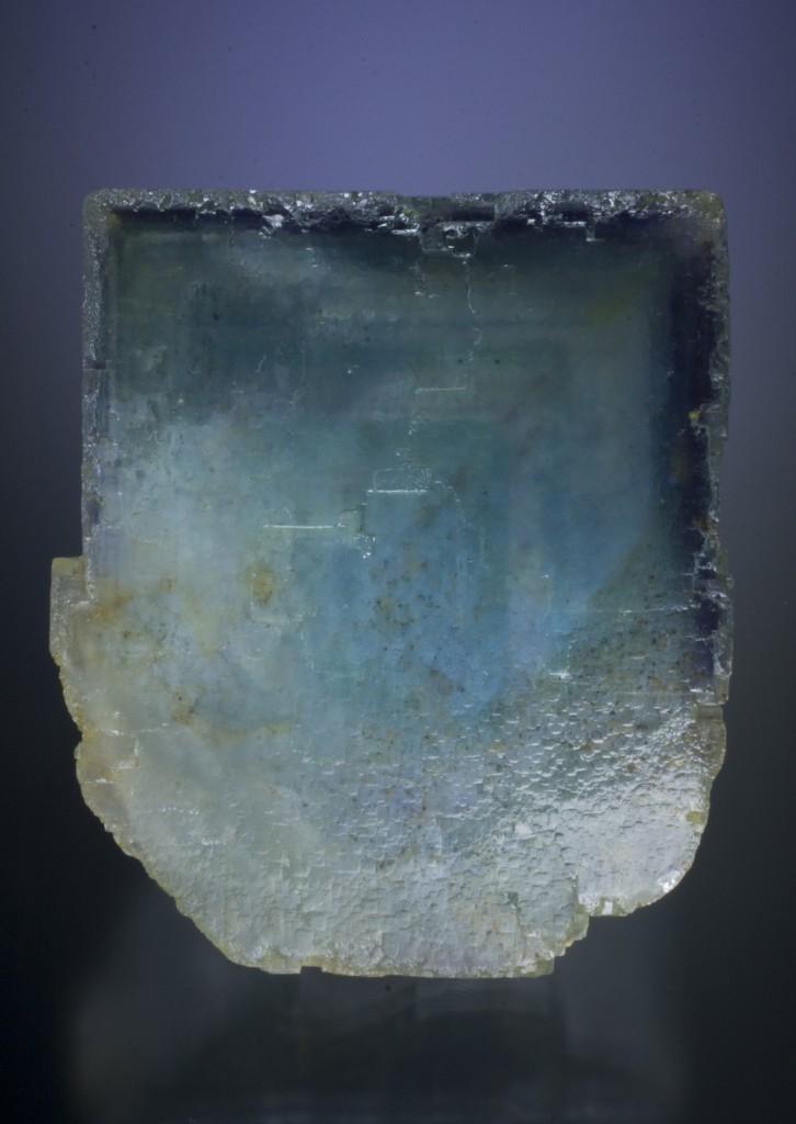 淡い水色の結晶内部に濃い水色のファントムが見られます.外側の縁にある暗い青色のファントムにも注目です.