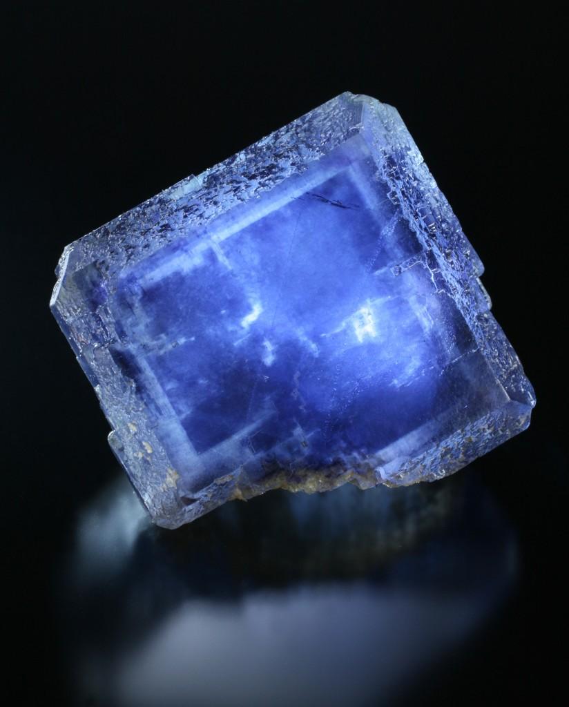 La Viesca鉱山の強烈なブルーの標本. Juan Fernandez Buelga所蔵, 撮影.